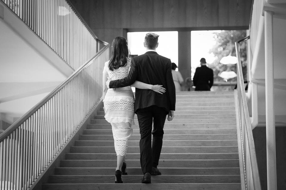 Par på väg upp för trappan i Rådhuset Göteborg för att vigas.