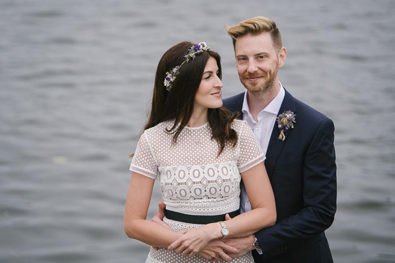 Vill man få vattenkänsla i sina bröllopsporträtt så går det fint att fotografera på nedre avsatsen vid Lejontrappan.