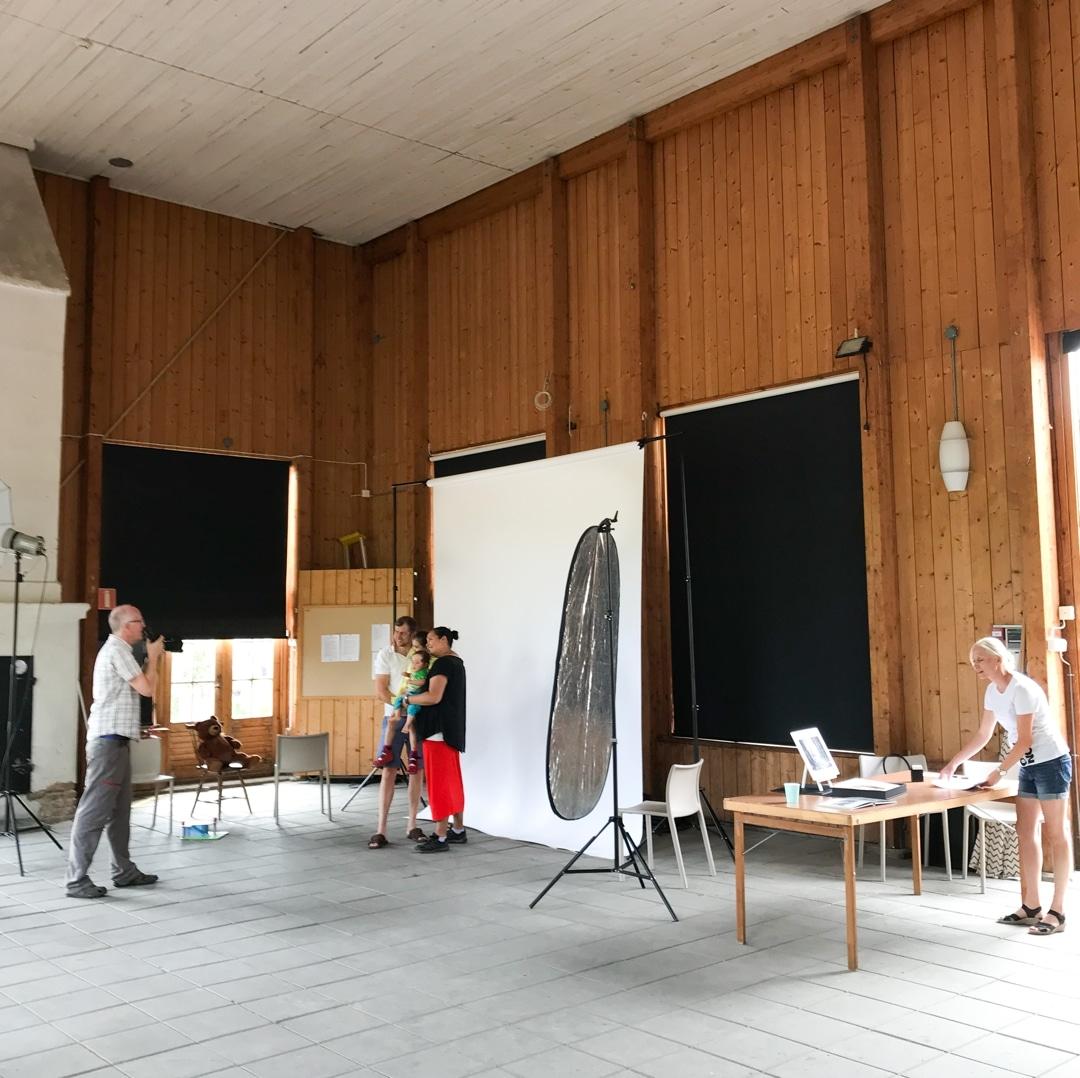 Familjefotografering i Lagerhuset på Trädgårdsföreningen i Göteborg med portabel fotostudio uppsatt för detta tillfälle